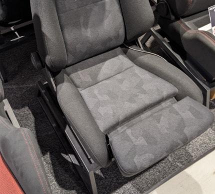 RECARO シート座面の長さ調節イメージ